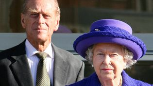 Le prince Philip aux côtés de la reine Elizabeth II le 2 novembre 2007 lors de l'inauguration des studios de Pinewood, près de Londres. (STEVE REIGATE / AFP)