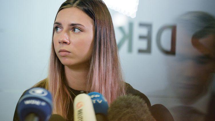 L'athlète biélorusse Krystsina Tsimanouskayalors d'une conférence de presse à Varsovie (Pologne), mercredi 4 août 2021. (LECH SOCHACKI / SPUTNIK / AFP)