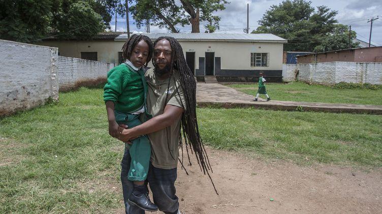 Ezaius Mkandawire, rasta du Malawi, vient chercher son fils Uhuru à l'école de Lilongwe, le 30 janvier 2020. (AMOS GUMULIRA / AFP)
