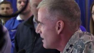 Aux États-Unis, un général américain a fait un discours saisissant devant des étudiants de l'armée de l'air après avoir découvert un tag raciste. L'incident intervient alors que les États-Unis sont sous tension face aux problèmes de racisme. (France 3)