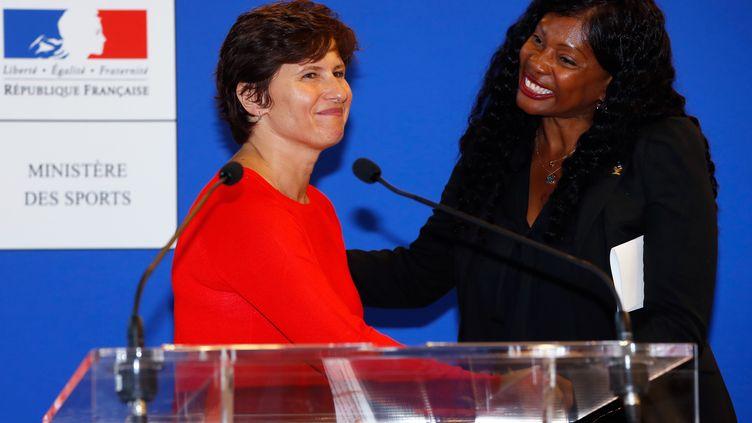 La nouvelle ministre des SportsRoxana Maracineanuet sa prédecesseure Laura Flessel, lors de la passation de pouvoirs, le 4 septembre 2018. (FRANCOIS GUILLOT / AFP)