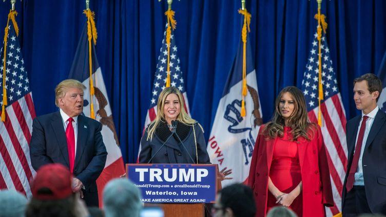 Ivanka Trump, la fille du candidat républicain Donald Trump, s'exprime à meeting dans l'Iowa, le 1er février 2016, sous les yeux de sa belle-mère Melania Trump. (BRENDAN HOFFMAN / AFP)