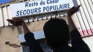 Une manifestation a eu lieu dès le 30 septembre devant le local du Secours populaire à Hayange pour protester contre sa fermeture. (PIERRE HECKLER / MAXPPP)