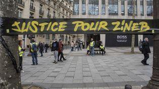 """Une banderlole """"Justice pour Zineb"""" sur les Champs-Elysées, à Paris, le 16 mars 2019. (ANTONI LALLICAN / AFP)"""