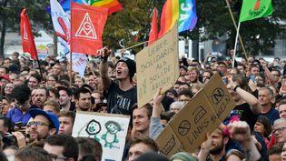 Des milliers de personnes sont rassemblées à Chemnitz, en Allemagne, pour un concert gratuit contre la xénophobie, le 3 septembre 2018. (JOHN MACDOUGALL / AFP)