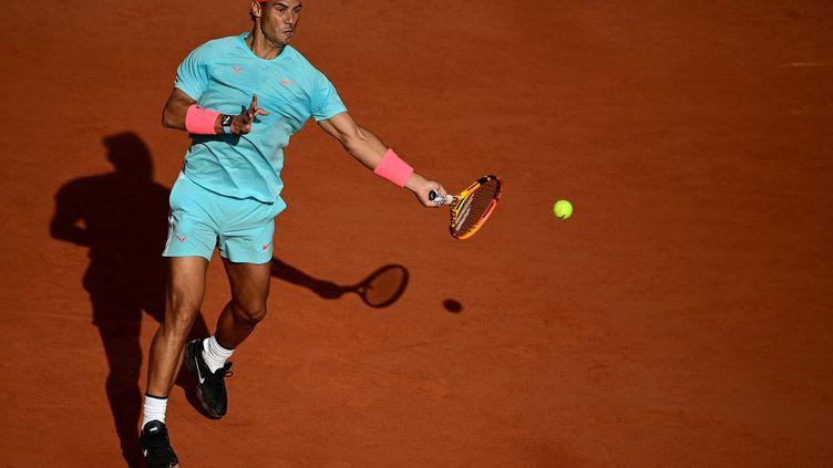 L'Espagnol Rafael Nadal lors de sa demi-finale face à l'Argentin Diego Schwartzman à Roland-Garros, le 9 octobre 2020. (MARTIN BUREAU / AFP)