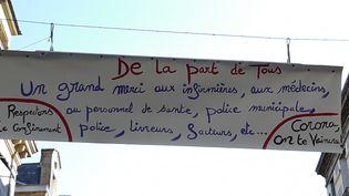 A Brive, des citoyens ont déployé une banderole pour remercier ceux sur le terrain pendant le confinement lié au coronavirus (NICOLAS BLANZAT / FRANCE-BLEU LIMOUSIN)