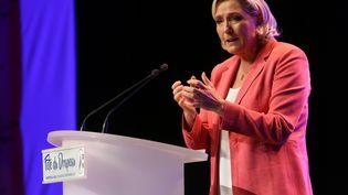 Marine Le Pen lors d'un discours àMantes-la-Ville (Yvelines), le 23 septembre 2018. (MICHEL STOUPAK / NURPHOTO / AFP)