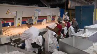 Des ouvrières d'uneblanchisserie industrielle d'Asnières-sur-Seine (Hauts-de-Seine). (FRANCE 2)