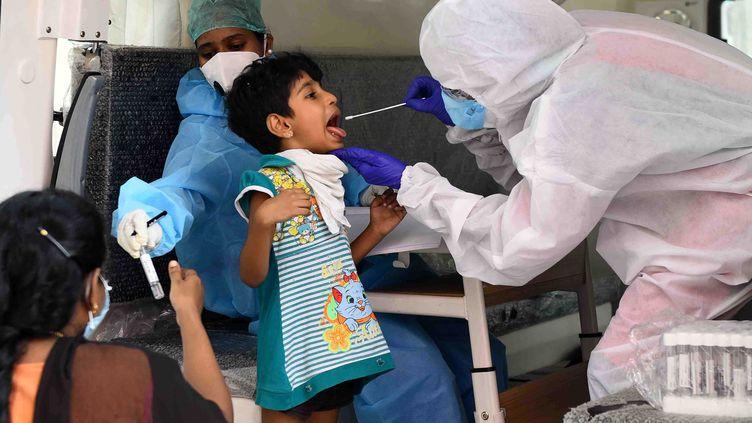 Un enfant passe un test de coronavirus, le 25 juin 2020 à Chennai (Inde). (A PRATHAP / THE TIMES OF INDIA / AFP)