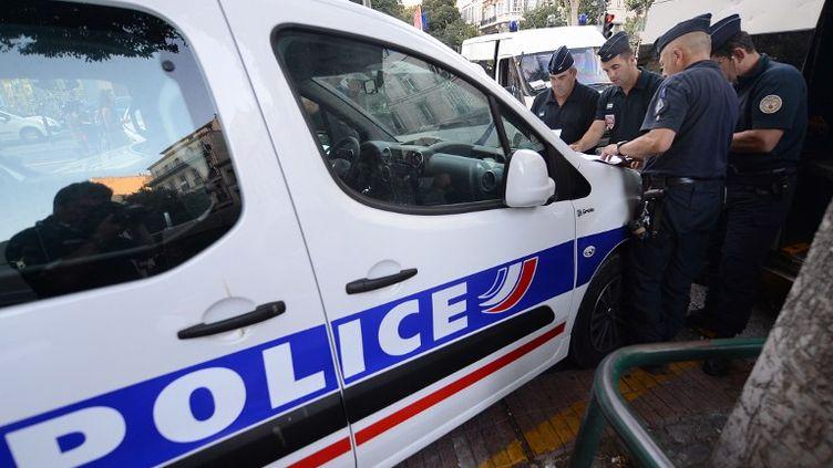 Des CRS en patrouille dans le centre Marseille (Bouches-du-Rhône) le 21 août 2013. (BORIS HORVAT / AFP)