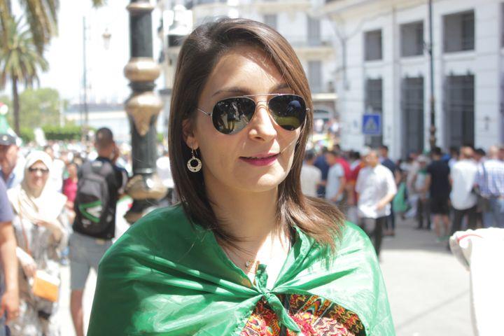 Nassima se tient près de la place de la Grande Poste à Alger, le 21 juin 2019, lors du 18e vendredi de manifestations en Algérie. (CLEMENT PARROT / FRANCEINFO)