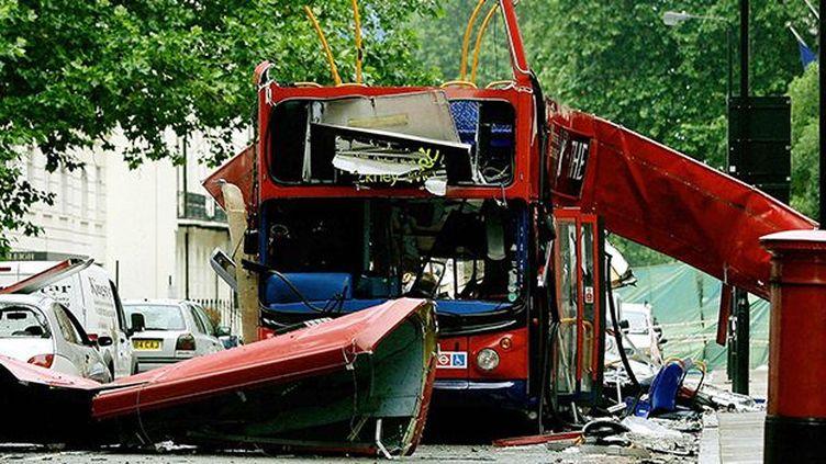 Le bus n°30 complètement déchiqueté par l'explosion d'une bombe, le 7 juillet 2005 à Londres. (AFP / Dylan Martinez)