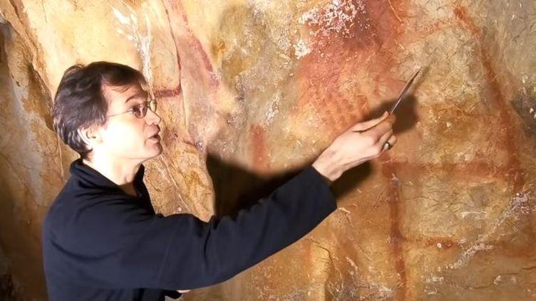 Le chercheur allemand Dirk Hoffmann, dans la grotte de La Pasiega (Espagne). (YOUTUBE)