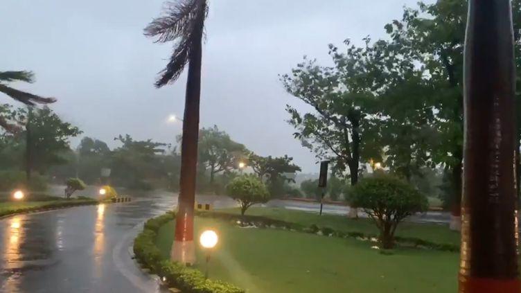 Le cyclone Amphan s'abat sur la ville portuaire de Pradip, dans le Sud-Est de l'Inde, le mercredi 20 mai 2020. (OMPRAKASA87 (VIA STORYFUL))