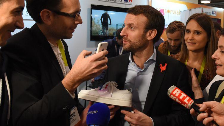 Emmanuel Macron, alors ministre de l'Economie, sur le stand d'une start-up française au salon CES organisé à Las Vegas (Etats-Unis), le 7 janvier 2016. (ROBYN BECK / AFP)