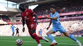 Les deux derniers champions d'Angleterre s'affrontent dimanche 3 octobre à Anfield. (PAUL ELLIS / AFP)