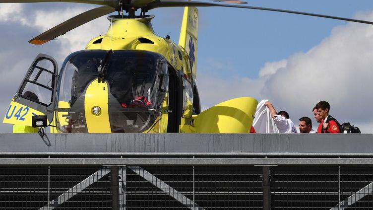 Transfert de Christopher Froome au centre hospitalier de Roanne, le 12 juin. (ANNE-CHRISTINE POUJOULAT / AFP)