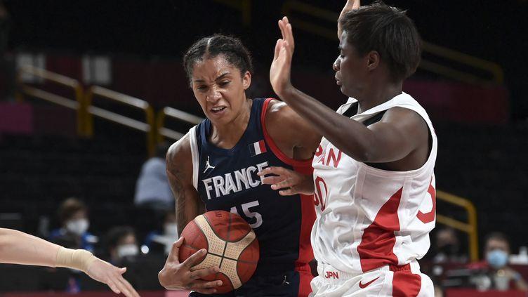 La FrançaiseGabrielle Williamsau duel avec la JaponaiseEvelyn Mawuli en demi-finale des Jeux olympiques, le 6 août 2021. (ARIS MESSINIS / AFP)