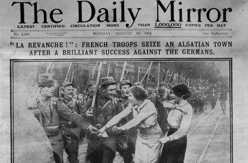 """Une du journal britannique Daily Mirror montrant une photo de militaires français salués par des femmes """"dans une ville alsacienne"""" non identifiée. Le journal date du 10 août 1914. En août-septembre 1914, l'armée française avait mené une série d'offensives dans les Vosges. (AFP)"""