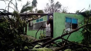 Une habitante du Vanuatu devant sa maison après le passage du cyclone Harold, le 7 avril 2020. (O. UMUUMULOVO / INTERNATIONAL FEDERATION OF RED )