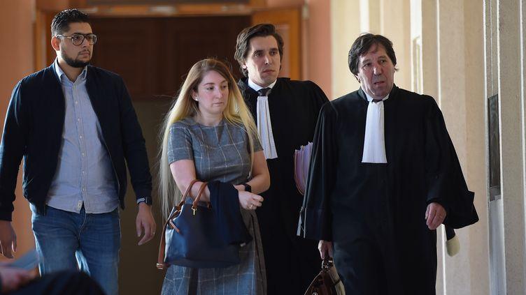 Mounia Haddad,conseillère départementale LREM d'Indre-et-Loire, arrive le 27 septembre 2018 au tribunal de Tours. (GUILLAUME SOUVANT / AFP)