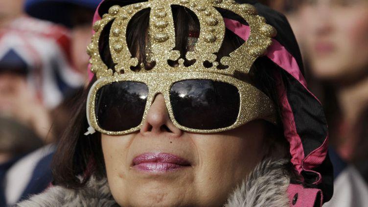 Elle n'a toutefois pas réussi à décourager les milliers de groupies de la monarchie venus de tout le royaume pour acclamer leur reine. (DAVID MOIR / REUTERS)