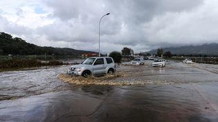 Des voitures sur les routes inondées menant vers l'aéroport d'Ajaccio (Corse-du-Sud), le 21 décembre 2019. (PASCAL POCHARD-CASABIANCA / AFP)