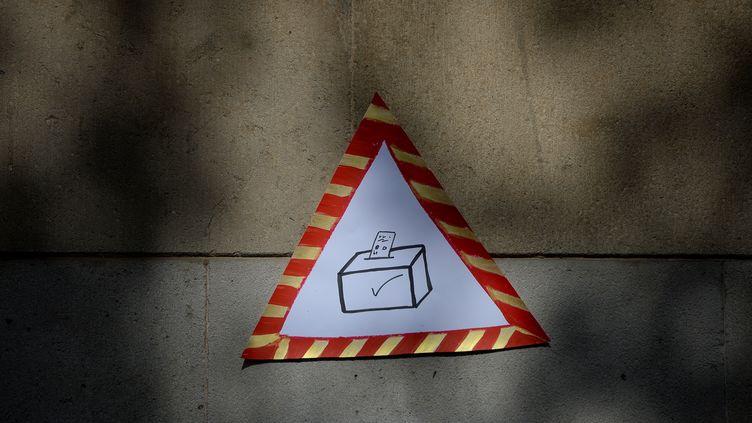 Une affiche pour le référendum d'autodétermination de la Catalogne, le 24 septembre 2017, dans les rues de Barcelone. (JOSEP LAGO / AFP)