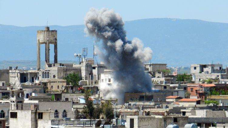 Après un bombardement à Houla, dans la province de Homs (Syrie), le 26 avril 2013. (MAYSARA AL-MASRI / AFP)