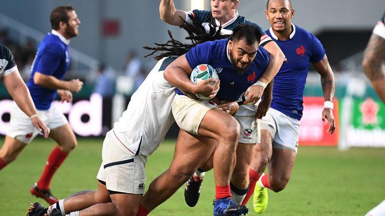 Le Français Emerick Setano (au centre) est taclé par les AméricainsAJ MacGinty etJoseph Taufete'e, mercredi 2 octobre 2019 lors du deuxième match de poule du XV de France lors de la Coupe du monde de rugby, àFukuoka (Japon). (FRANCK FIFE / AFP)