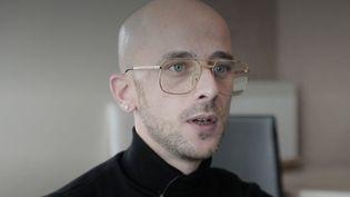 Julien Luxcey a vécu plusieurs années dans la rue avec sa famille et a réussi à stabiliser sa situation. (CAPTURE ECRAN FRANCE 2)