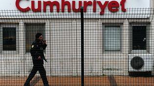 """Un policier patrouille devant les locaux du journal """"Cumhuriyet"""", à Istanbul (Turquie), le 14 janvier 2015. (OZAN KOSE / AFP)"""