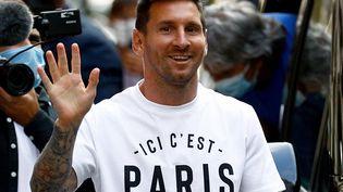 Lionel Messi tout sourire à son arrivée à Paris, le 10 août 2021. (SAMEER AL-DOUMY / AFP)