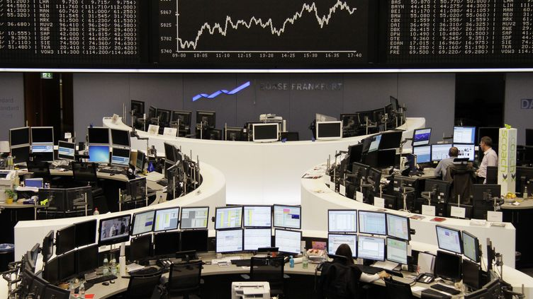 La Bourse de Francfort (Allemagne), le 17 octobre 2011. (BOB STRONG / REUTERS)