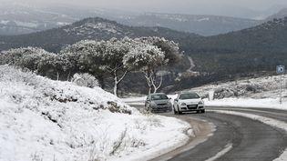 Des voitures bravent la neige sur la route de la Gineste, entre Marseille et Cassis (Bouches-du-Rhône), le 2 décembre 2017. (ANNE-CHRISTINE POUJOULAT / AFP)