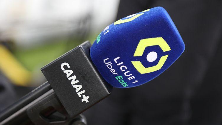 Un micro de Canal+ durant le match d eLigue 1 entre LEns et Montpellier, le 12 décembre 2020. (LAURENT SANSON / LS MEDIANORD)