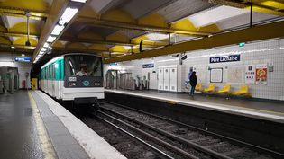 Une conductrice de métro a été intimidée, lundi 30 décembre, par des grévistes. (AMAURY CORNU / HANS LUCAS / AFP)