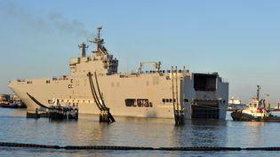 """Le """"Vladivostok"""", l'un des deux navire de guerre Mistral commandés par la Russie à la France, photographié ici en mars 2014 à Saint-Nazaire (Loire-Atlantique). (FRANK PERRY / AFP)"""