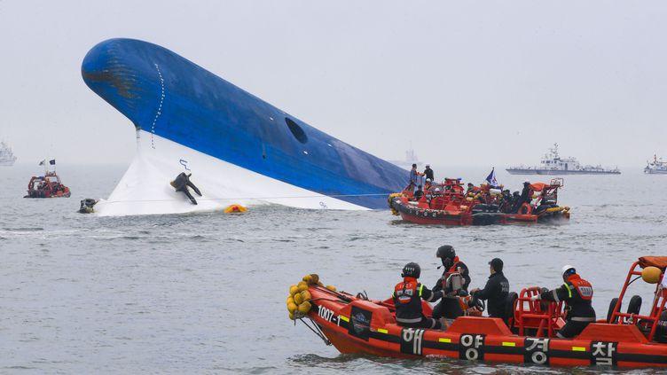 """Le ferry """"Sewol"""", naufragé au large de l'île deByungpoong (Corée du Sud), le 16 avril 2014. (DONG-A ILBO / AFP)"""