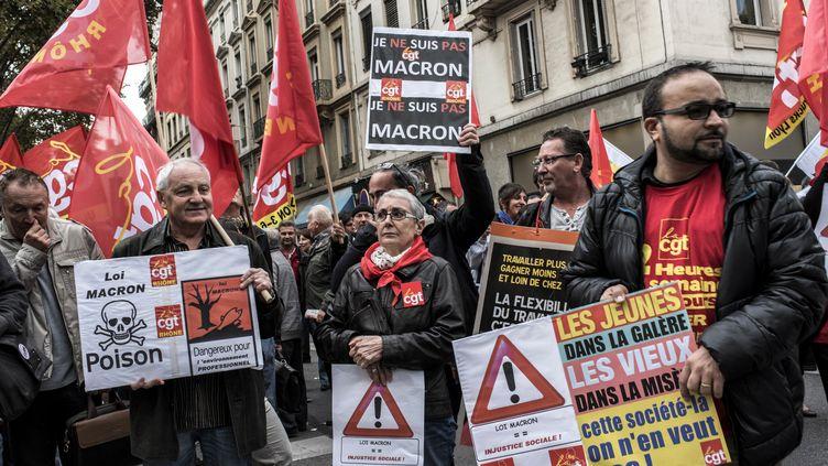 Les manifestants protestent devant la bourse du travail deLyon à la venue du ministre de l'Economie Emmanuel Macron le 13 Octobre, 2015, (JEFF PACHOUD / AFP)