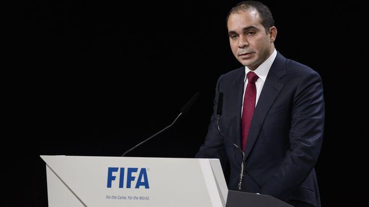"""Le prince Ali appelle à mettre fin à la culture des """"arrangements en sous-main"""" suite à la candidature de Michel Platini à la présidence de la FIFA (FABRICE COFFRINI / AFP)"""