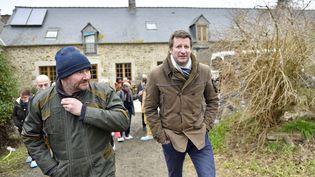 Yannick Jadot, un des cinq candidats à la primaire des écologistes, lors d'un déplacement dans un élevage bio à Evran (Côtes-d'Armor), le 10 février 2017, lors de sa précédente campagne présidentielle. (LOIC VENANCE / AFP)