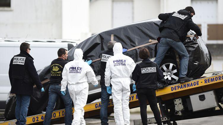 Des agents de la police technique et scientifique et de la PJ chargent la voiture de Sébastien Troadec, membre d'une famille portée disparue, après sa découverte dans un parking de Saint-Nazaire (Loire-Atlantique), le 2 mars 2017. (JEAN-SEBASTIEN EVRARD / AFP)