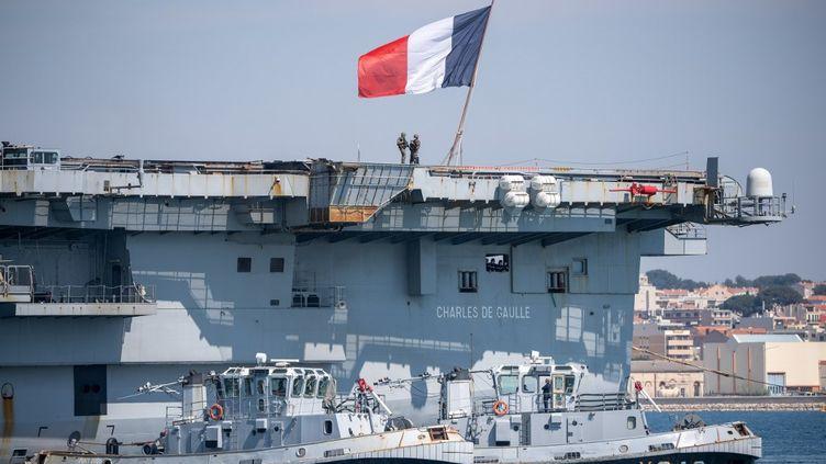 """Le porte-avions français """"Charles-de-Gaulle"""", le 12 avril 2020, après avoir accosté à Toulon (Var).  (CHRISTOPHE SIMON / AFP)"""