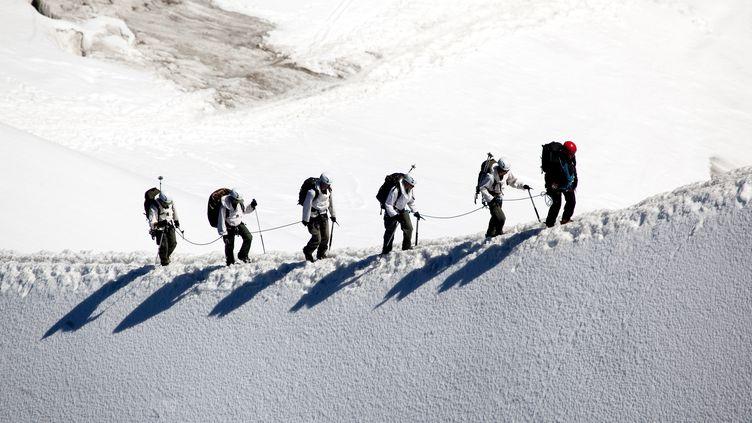 Des alpinistes dans le massif du Mont-Blanc, à Chamonix, le 24 avril 2017. (PHILIPPE ROY / AFP)