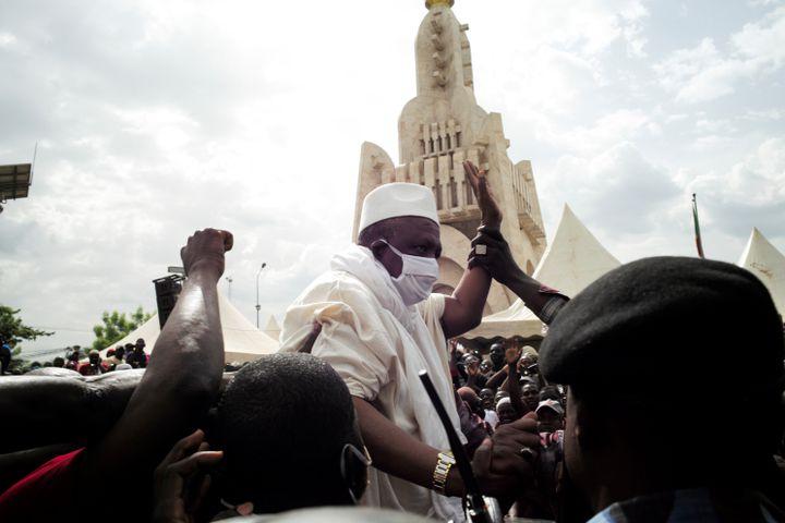L'imam malien Mahmoud Dickolors d'un bain de foule, à Bamako, le 5 juin 2020. (REUTERS)