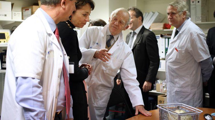 La ministre de la Santé Marisol Touraine (2e à gauche) avec le chirurgien spécialiste des transplantationsAlain Carpentier, le 21 décembre 2013 à l'hoîtal européen georges Pompidou à Paris. (KENZO TRIBOUILLARD / AFP)