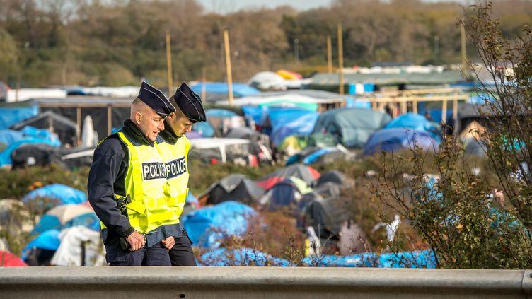 """Des policiers patrouillent près de la """"jungle"""" de Calais (Pas-de-Calais), le 5 novembre 2015. (PHILIPPE HUGUEN / AFP)"""