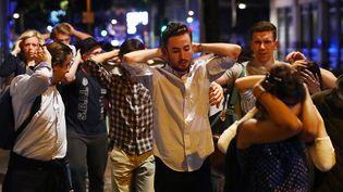 Evacuation de civils mains sur la tête après l'attaque terroriste sur le London Bridge à Londres (Royaume-Uni), le 4 juin 2017. (NEIL HALL / REUTERS)